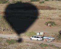 Een Jachtvoertuig probeert om een Hete Luchtballon in te halen Royalty-vrije Stock Afbeeldingen