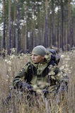 Een jager met een kruisboog stock fotografie