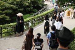 Een Japanse monnik die op een schenking van de toeristen wachten en pil royalty-vrije stock afbeelding