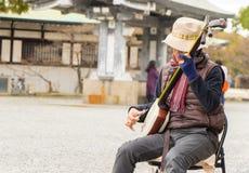 Een Japanse musicus speelt traditionele muziek stock foto's