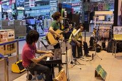 Een Japanse pop band geeft overleg in een warenhuis in Tokyo Stock Foto's