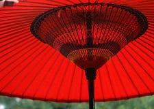 Een Japanse rode en zwarte houten parapluachtergrond stock fotografie