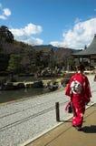 Een Japanse vrouw in traditionele kleding bij een tempel in Kyoto Royalty-vrije Stock Foto's