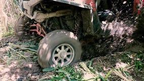 Een jeep berijdt terug door de modder stock footage
