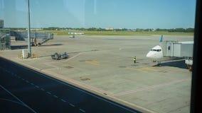 Een jetliner bij de luchthaventerminal wacht op stock footage