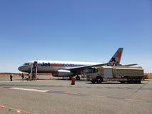 Een Jetstar-vliegtuig landde op Ayers-Rotsluchthaven in Australië stock fotografie
