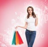 Een jong, aantrekkelijk en gelukkig winkelend meisje Stock Foto's