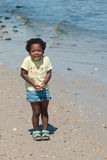 Een jong Afrikaans-Amerikaans meisje bij het strand. Royalty-vrije Stock Fotografie