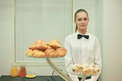 Een jong barmeisje op het werk Stock Foto
