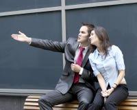 Een jong bedrijfspaar bespreekt de toekomst royalty-vrije stock foto's