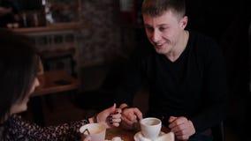 Een jong die paar samen door handcuffs Ontbijt in de koffie wordt geketend stock footage