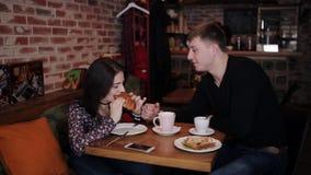 Een jong die paar samen door handcuffs Ontbijt in de koffie wordt geketend stock video