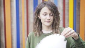 Een jong donkerbruin meisje houdt een gesponnen suiker royalty-vrije stock foto's