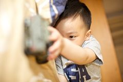 Een jong geitje speelt stuk speelgoed royalty-vrije stock afbeeldingen