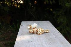 Een jong geitje verloor een stuk speelgoed Een vergeten kind` s stuk speelgoed Zorg voor een kind royalty-vrije stock foto