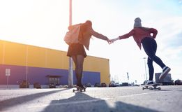 Een jong hipstermeisje berijdt een skateboard stock afbeeldingen