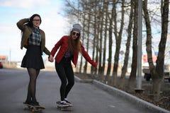 Een jong hipstermeisje berijdt een skateboard Meisjesmeisjes F royalty-vrije stock foto