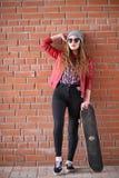 Een jong hipstermeisje berijdt een skateboard Meisjesmeisjes F stock afbeeldingen