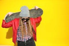 Een jong hipstermeisje berijdt een skateboard Meisjesmeisjes F stock foto