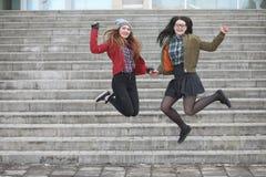 Een jong hipstermeisje berijdt een skateboard Meisjesmeisjes F royalty-vrije stock afbeeldingen