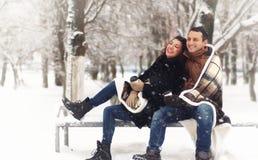 Een jong houdend van paar op een gang royalty-vrije stock foto's