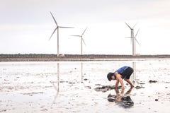 Een Jong Kind die met Modder in Gaomei-Moerasland spelen stock fotografie