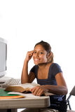 Een jong Latijns meisje dat met een computer bestudeert Stock Afbeeldingen