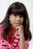 Een jong Latijns Meisje met Gekleurde Ernstige Steunen, stelt Royalty-vrije Stock Foto