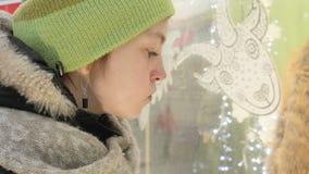 Een jong meisje bekijkt de showcase stock footage