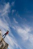 Een jong meisje bevindt zich op de rand van een klip Royalty-vrije Stock Foto's