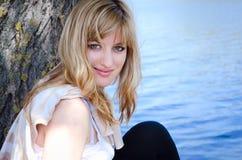 Een jong meisje bij het meer Stock Afbeelding