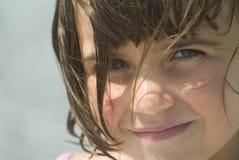 Een jong meisje dat camera bekijkt Stock Afbeeldingen