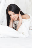 Een jong meisje in de ochtendzaligheid op haar bed Royalty-vrije Stock Foto's