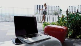 Een jong meisje debatteert met een werkgever stock footage