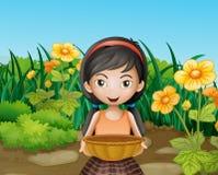 Een jong meisje die een lege mand houden bij de tuin Stock Afbeelding