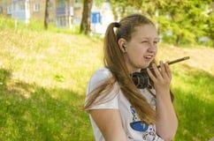 Een jong meisje die op de telefoon spreken royalty-vrije stock fotografie