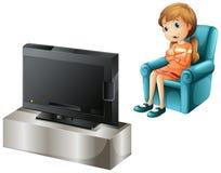 Een jong meisje die op TV gelukkig letten Stock Foto's