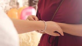 Een jong meisje draagt mooie juwelen stock video