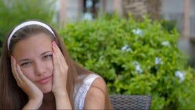 Een jong meisje is droevig en zucht stock footage