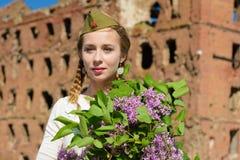 Een jong meisje in een tweede wereldoorlog stock foto's