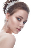 Een jong meisje in een zacht huwelijksbeeld met een diadeem op haar hoofd Het mooie model in het beeld van de bruid op een wit is Royalty-vrije Stock Foto's