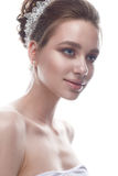 Een jong meisje in een zacht huwelijksbeeld met een diadeem op haar hoofd Het mooie model in het beeld van de bruid op een wit is Royalty-vrije Stock Foto