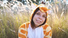 Een jong meisje in een girafkostuum die in het stadspark lopen emotioneel portret van een student stock video