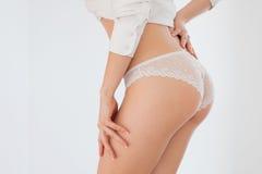Een jong meisje in haar ondergoed op een witte achtergrond Royalty-vrije Stock Foto