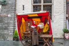 Een jong meisje kleedde zich in traditionele middeleeuwse kleren, Tallinn, Estland royalty-vrije stock fotografie