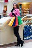 Een jong meisje met aankopen Stock Foto