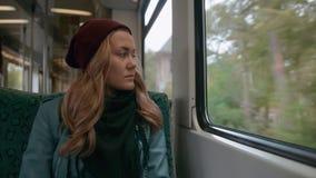 Een jong meisje met blauwe ogen berijdt op een metro of tramtrein Zij is verstoord en gespannen Langzame Motie stock video