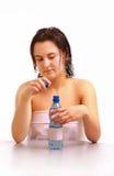 Een jong meisje met een fles water Stock Foto