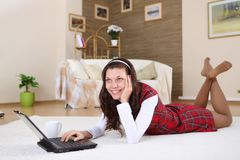 Een jong meisje met een overlappingsbovenkant thuis Stock Foto's
