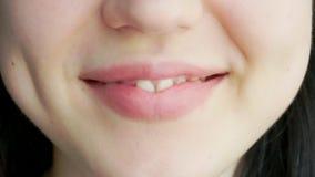 Een jong meisje met grote lippen lacht en glimlacht stock videobeelden